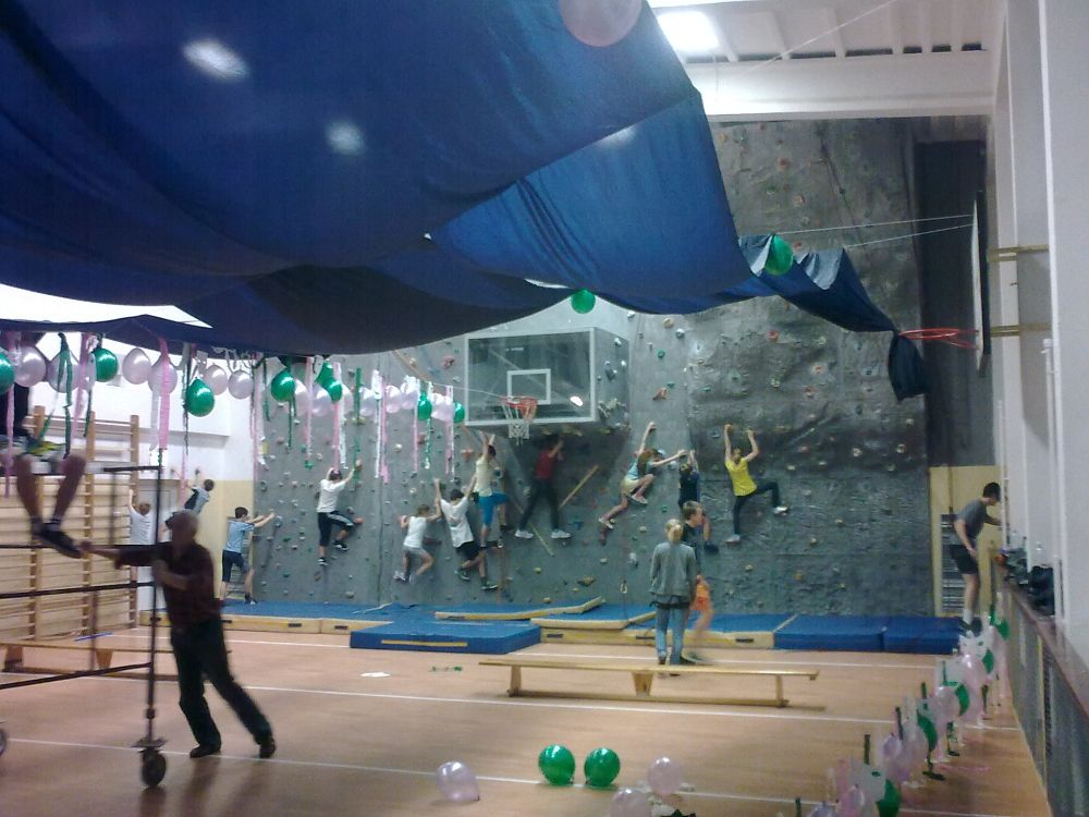 Zajęcia wspinaczkowe w trakcie przygotowań do balu gimnazjalnego